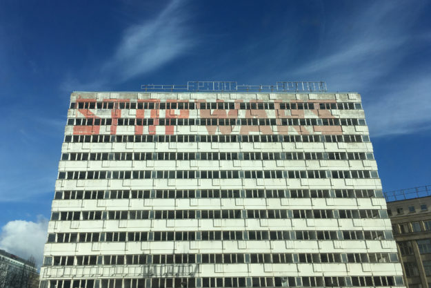 'Stop Wars' am Haus der Statistik nahe Alexanderplatz, Berlin